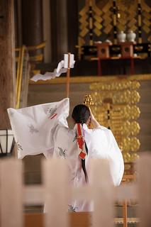 松尾大社で祈祷を行う巫女