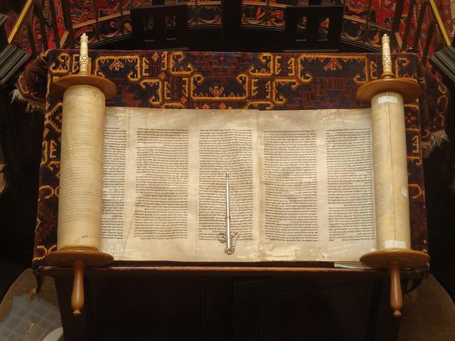 世界の宗教を理解する際には、その聖典を読むことも重要だ。(写真はユダヤ教の聖典のトーラー)