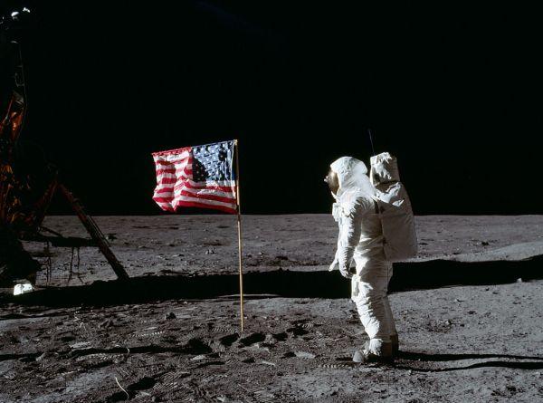 アポロ11号に乗って月面に降り立った宇宙飛行士