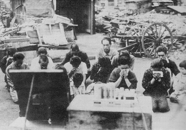 1945年(昭和20年)8月15日に日本の降伏を知らせる玉音放送を聞く人々