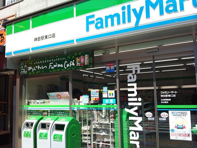 ファミリーマート神田駅東口店。通常のファミリーマートの店舗と同様、看板が緑・白・青の横縞になっている。