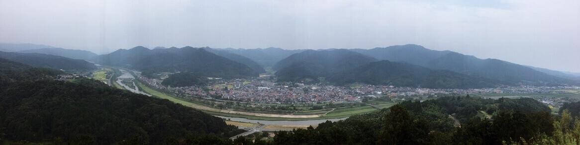 月山富田城三の丸より広瀬の町の方をのぞむ。手前の川は飯梨川。